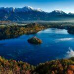isola al centro di un lago