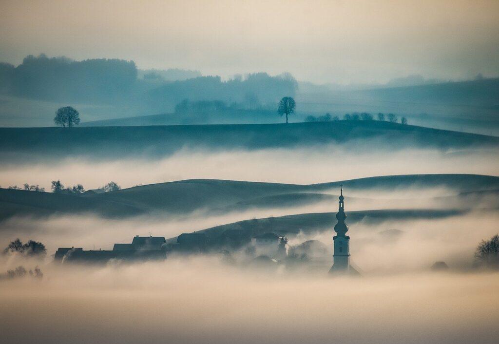 piccolo borgo immerso nella nebbia